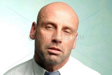 Mann guckt verschlafen