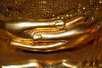 Meditationshaltung einer Buddhastatue im Wat Chana Songkhram