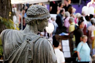 Griechische Statue schaut auf Deutschlandtag-Besucher in Bonn