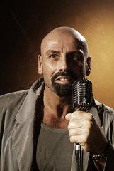 Hamburg  Mann mit Mikrofon
