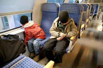 Zwei Kinder im Regionalzug