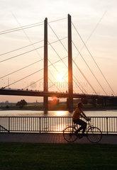 Duesseldorf  Rheinuferpromenade  Sonnenuntergang