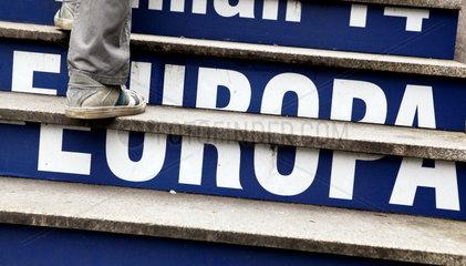 Europa-Schriftzug auf Treppenstufen in Br__ssel
