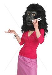 Frau mit Gorillakopf telefoniert