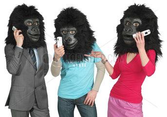 Menschen mit Gorillakopf mit ihren Handys