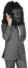 Mann im Anzug mit Gorillakopf telefoniert