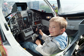 England  ein kleiner Junge in einem Jet bei einer Flugshow in Eastbourne