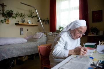 Heitersheim  Deutschland  eine Schwester in ihrem Zimmer