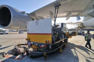 Betankung eines Airbus A340-600 der Lufthansa in Kapstadt
