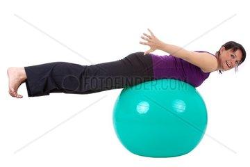 Junge Frau mit einem Sitzball