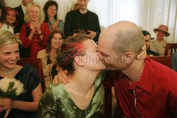 Ein Paar auf dem Standesamt beim Kuss