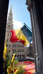 Belgien  Bruessel  Grand Place  Rathaus mit belgischer Fahne