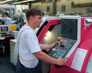 Opel Werk Bochum  Auszubildender in der Lehrwerkstatt