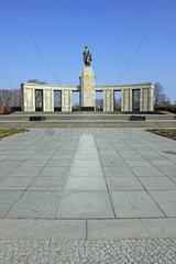 Sowjetische Ehrenmal fuer die gefallenen russischen  sowjetischen Soldaten des 2. Welkrieges  Strasse des 17. Juni  Berlin  Deutschland  Europa