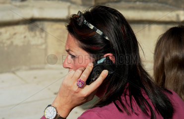 Franzoesin telefoniert mit ihrem Handy