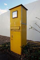 Verwaister Briefkasten vor Bauzaun