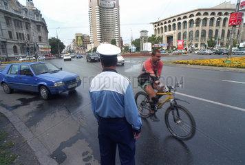 Verkehrspolizist am Platz des Dezembers 1989 (Piata Decembrie 1989) in Bukarest