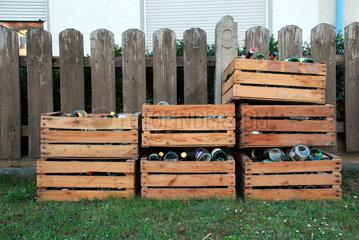 Holzkisten mit leeren Weinflaschen