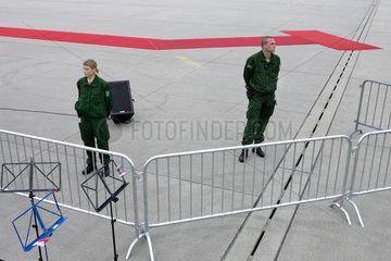 Polizisten sichern den Abflug von Papst Benedikt XVI.