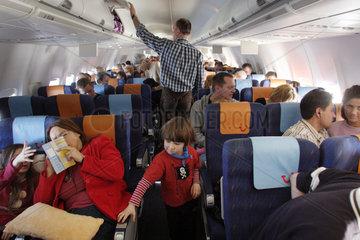 Berlin  Passagiere in einer Flugzeugkabine