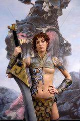 Fianna-Kriegerin bewirbt das Fantasy Spiel CONFRONTATION  Messe SPIEL