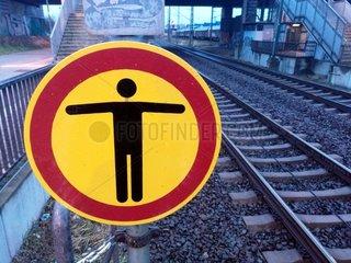 Warnschild bei der Bahn