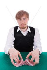 Der junge Mann mischt die Karten