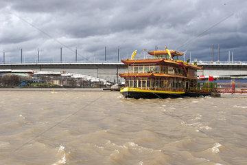 Rhein bei Bonn im Sturm