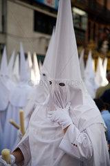 Sevilla  Spanien  Glaeubige in weissen Gewaendern bei der Prozession am Palmsonntag