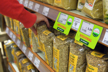 Berlin  Deutschland  Getreideprodukte in einem Regal der Bio Company