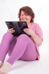 Eine dicke Frau ist entsetzt ueber ihr Gewicht