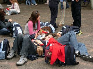 Erschoepfte Pilger auf dem Weltjugendtag 2005