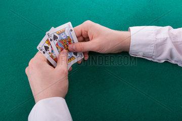 Der junge Mann schaut sich seine Karten an