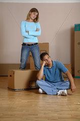 Junges Paar streitet beim Umzug