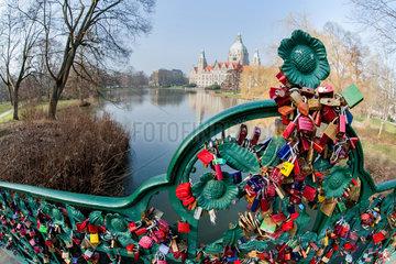 Hannover  Deutschland  Liebesschloesser an einer Bruecke im Maschpark