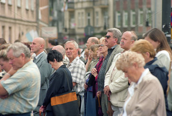 Menschen beim Fronleichnamsumzug in Poznan  Polen