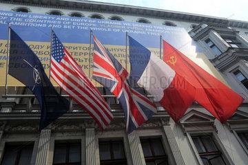 Berlin  Deutschland  Fahne der NATO und die Nationalfahnen von Grossbritannien  Frankreich  Russland und der USA