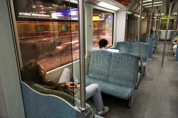 Berlin  Deutschland  Fahrgaeste in einer S-Bahn