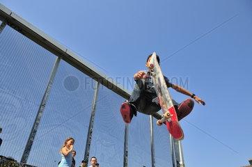zwoelfjaehriger Junge auf einer Skateboardbahn