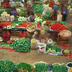 Markt in einer alten Turnhalle  Chichicastenango  Guatemala / market in an old gymnasium  Chichicastenango  Guatemala