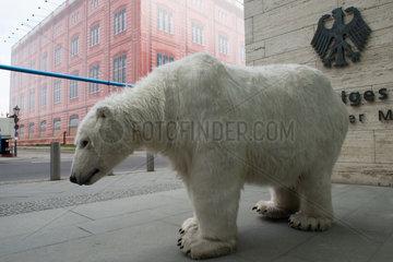 Berlin  Deutschland  Eisbaerstatue beim Auswaertigen Amt