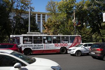 Republik Moldau  Chisinau - Linienbus mit Werbung fuer Privatkredite vor dem Parlamentsgebaeude