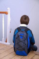 12-jaehriger Junge im Treppenhaus