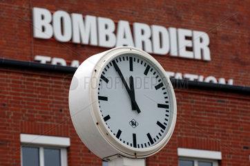 Uhr am Eingang der Firma Bombardier  Brandenburg