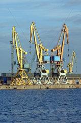 Kraene im Hafen von Rostock