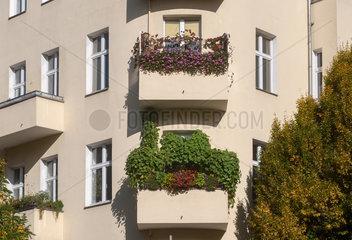 Berlin  Deutschland  Eckhaus mit bepflanzten Balkonen