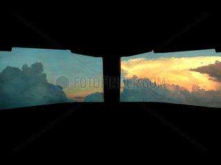 Blick aus dem Cockpit auf Gewitterwolken