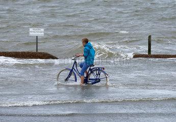 Cuxhaven  Deutschland  ein Radfahrer im Hochwasser