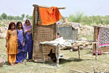 Dadu  Pakistan  vom Hochwasser gerettete Betten werden zum Trocknen aufgestellt