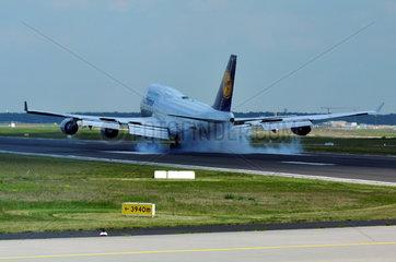 Lufthansa Boeing B747-400 beim Touch Down